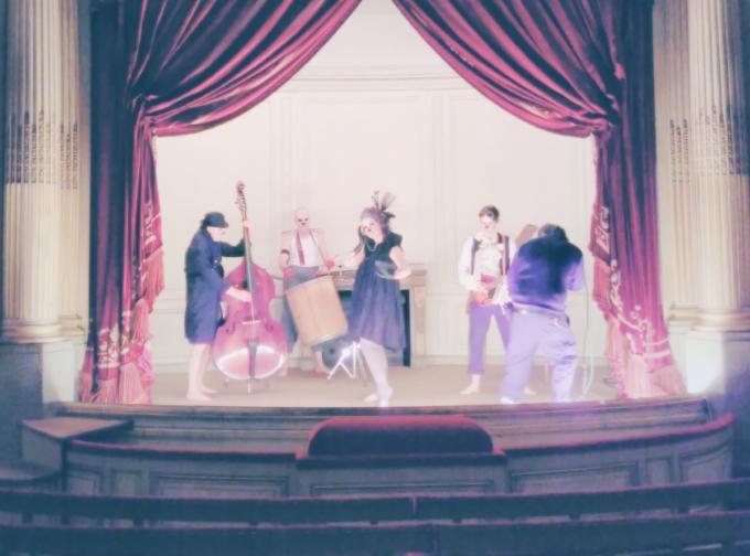 Mona Kazu 23 : L'ensemble du groupe en costumes sur la scène du petit théâtre de la Verrerie