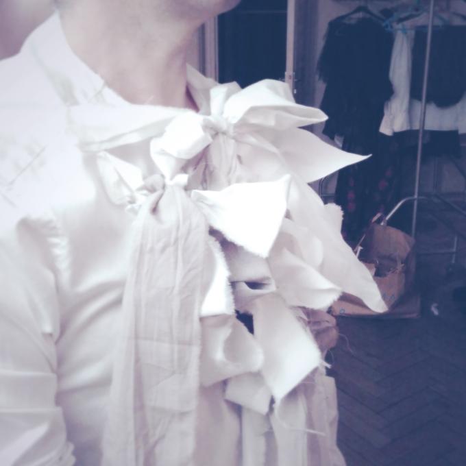 Mona Kazu 23 : Détail du costume de Frank, chemise, jabot à noeuds