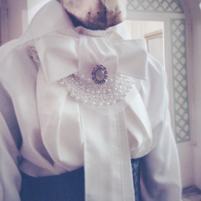 Mona Kazu 23 : Détail du costume de la bête, chemise à jabot, perles