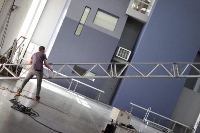 Salle du defile la grande halle préparation mise en scene benevoles