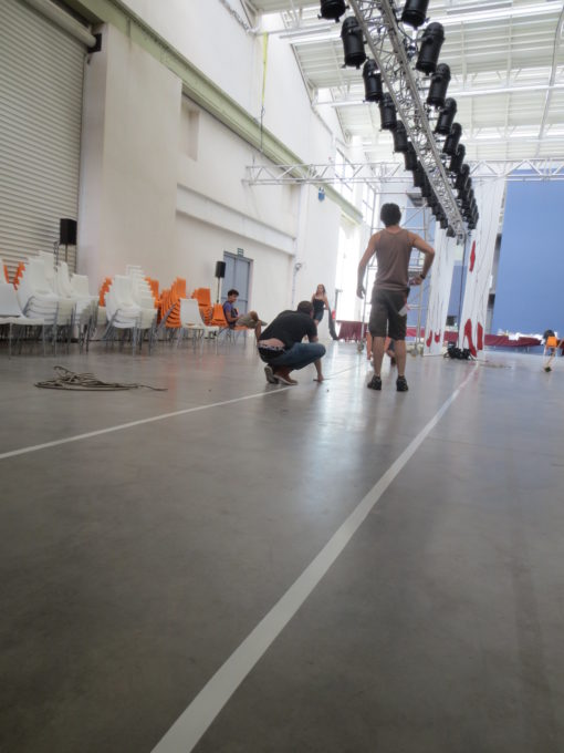 Salle du defile la grande halle préparation mise en scene instalation catwalk adhésif blanc