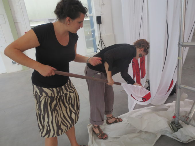 Salle du defile la grande halle préparation mise en scene grandes jambes talons rouges