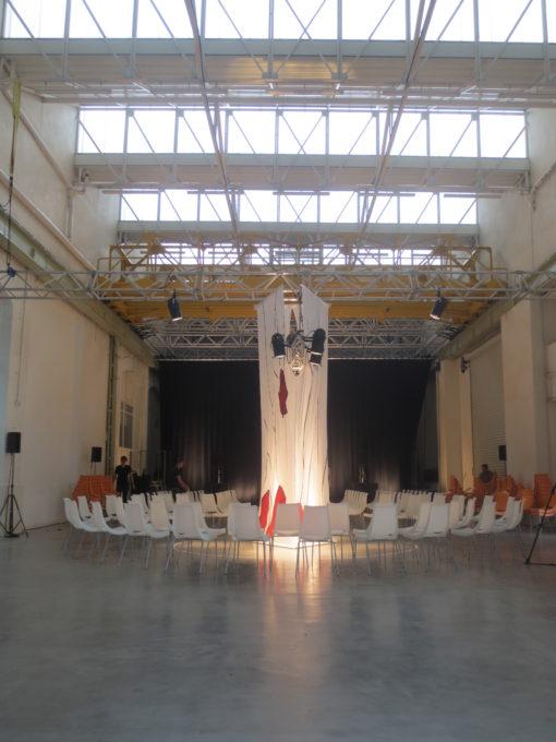 Salle du defile la grande halle préparation mise en scene grandes jambes talons rouges avant l'arrivée du public