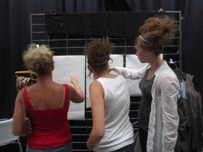coulisses styliste benevole portant créations mannequins ordere de passage mose créations coiffures