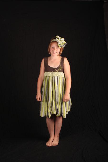 Robe enfant verte a rayures avec fleur assortie dans les cheveux