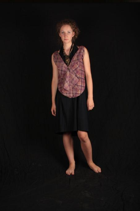 Chemisier graphique rose a caraux avec robe bleu simple dessou