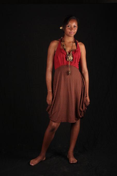 Robe rouge plissé avec volants sur le haut collier de Katty Verstraeten