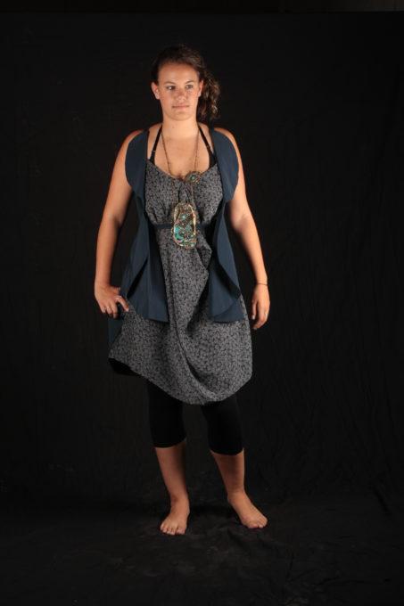 robe Bleu voile avec haut bleu graphique collier de Katty Versraeten