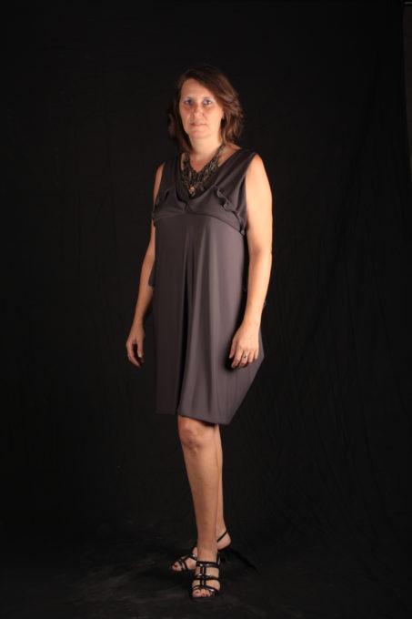 Robe grise droite courte avec volumes sur poitrine collier Katty Verstraeten