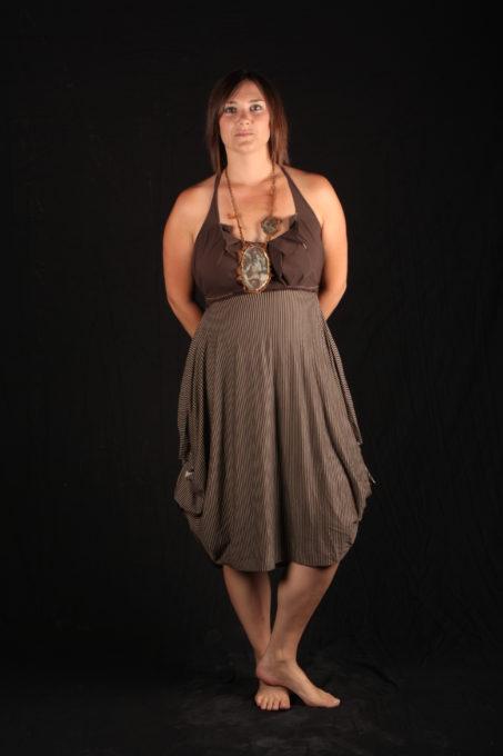 Robe maron plissé avec volants sur le haut collier de Katty Verstraeten