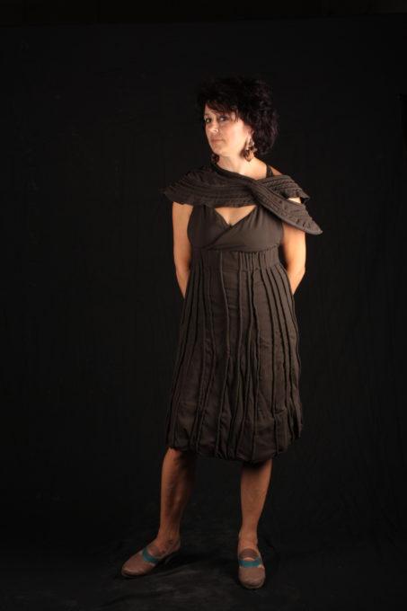 robe maron travail de cordages intégrées dans le tissu et accesoire d'épaule