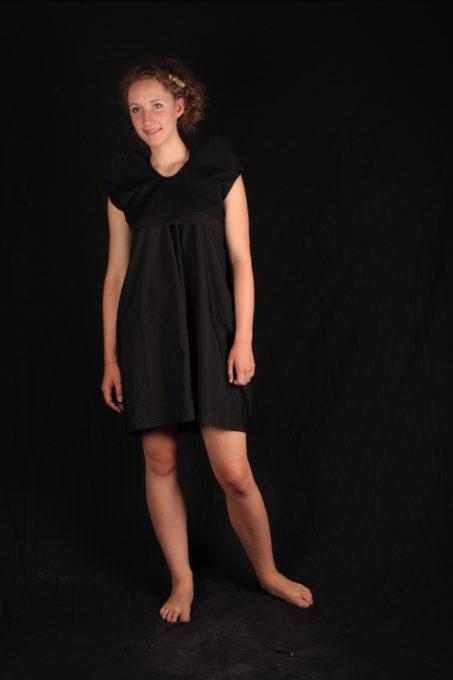 Robe évasée noir avec accesoire d'épaules volumineuses