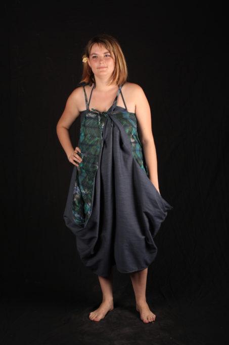 robe bleu ressérré sur l'avant volum sur les hanches