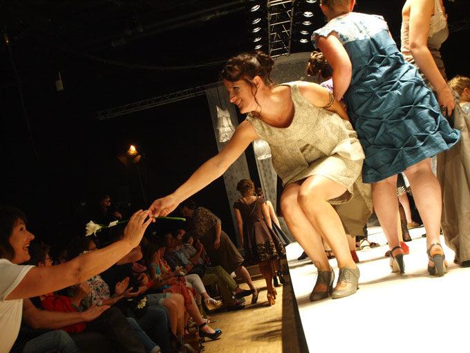 Défilé 2016, sacha leemans, photos nicolas bard, créations uniques, coloré, femmes rondes, toutes les femmes, défilé de mode, saone et loire, Montceau-les-Mines, Embarcadère, styliste, cratrice de mode, couturière, pieces uniques, evenement incroyable, Virginie Reniaud (coiffures), Perle d'O (maquillages), Moulin Fleurs ( décorations florals), Katty Verstraeten( bijoux), Berthe aux Grands Pieds( collants), Labozero (production audiovisuelle), Christophe Leusiau (musique), Singer (Fournitures), La Mine de Chocolat ( vin d'honneur), Nec Traiteur (vin d'honneur), Cavavin de Montceau (vin d'honneur), la Cave de Genouilly (vin d'honneur), Lution71 (logistique), Centre Com (Communication), E.Leclerc (chaussures).ombres, fumée de scène, attente, curieusitée, coulisses, instalation du publique, répétitions, chaises, grilles, assistantes, bijoux, chaussures, bénévoles, maquillage de professionelles, coiffures de star, vetements, noms eds mannequins, ordre de passage, décor lumineux, robes abatjours, argenté et blanc, impressions de poids a la main