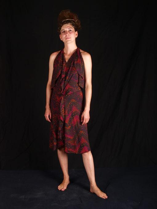 robe rouge foncée avec volants sur l'avant et sous les bras