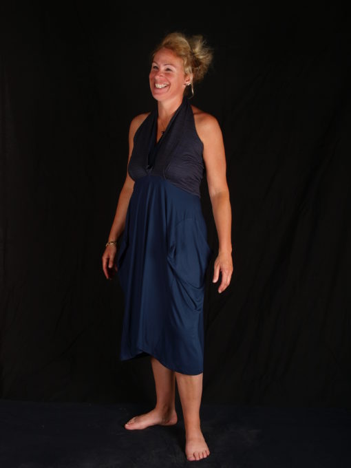 robe bleu décolté en V volume sur hanches