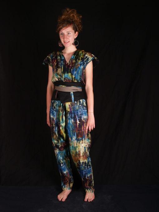 Combinaison multicolor avec ceinture noire