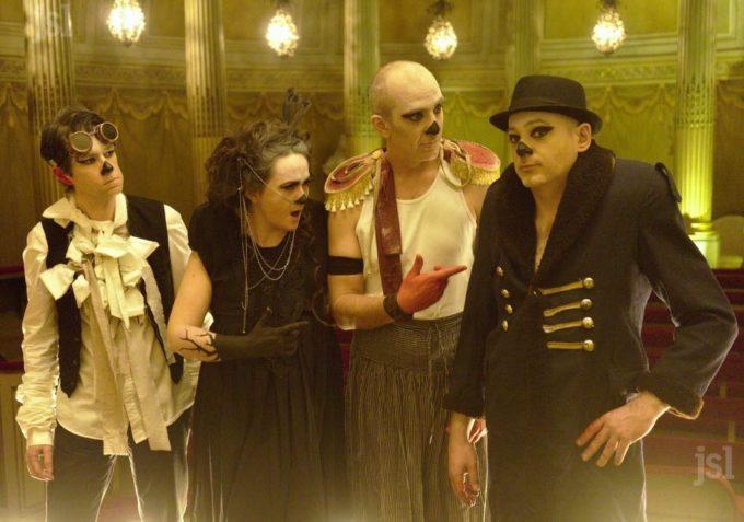 le-groupe-a-joue-le-jeu-lors-du-tournage-du-clip-au-petit-theatre-du-chateau-photo-dr-1460469017